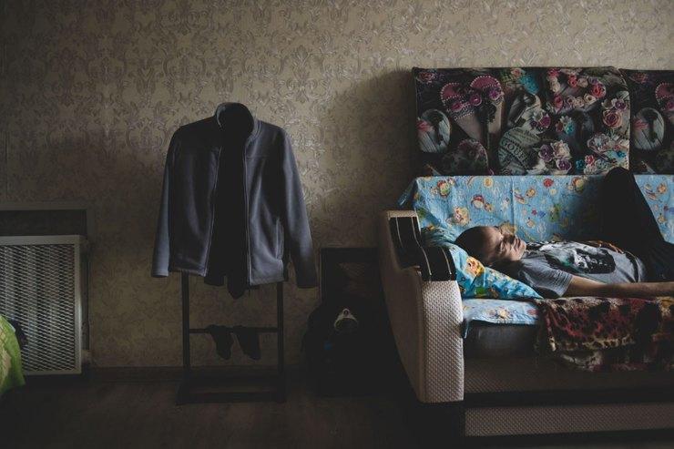 Владимир лежит накровати всъемной квартире вМоскве Фото: Наталия Платонова дляТД