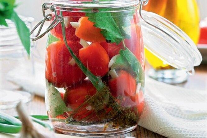 Соленые помидоры с чесноком и медом