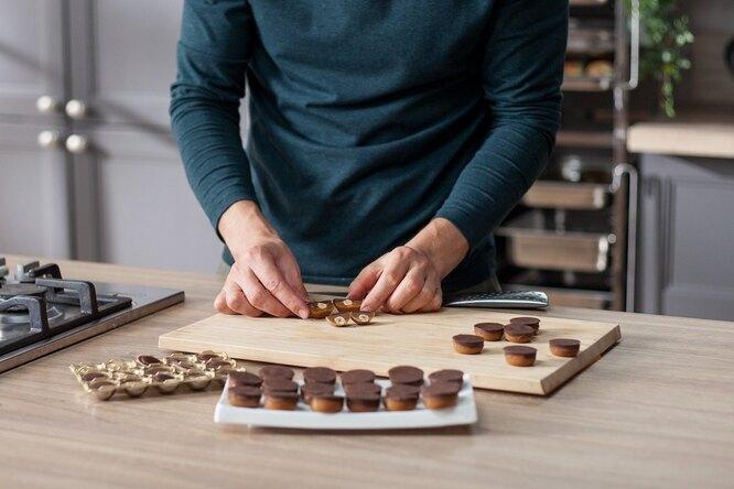 Вытаскиваем конфеты из формочек