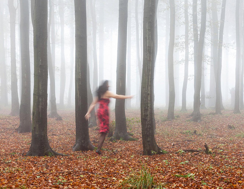 девушка в лесу, туман