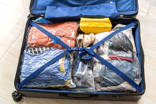 Вещи в вакуумных пакетах в чемодане
