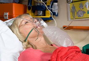 Пассажиры самолета спасли жизнь женщины, соорудив дыхательный аппарат