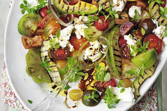 Салат с авокадо-гриль, помидорами и моцареллой