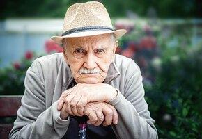 «Это последнее средство»: 75-летний вдовец ищет друзей, раздавая визитки