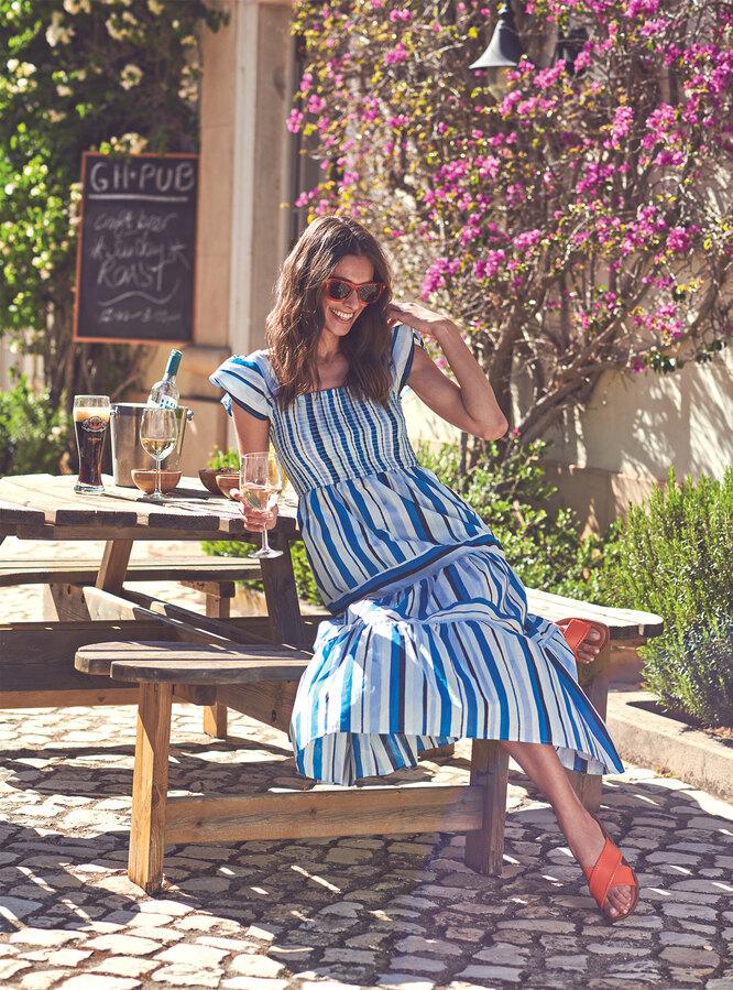 Платье, Monsoon; очки, Marks & Spencer; сандалии, Dune London