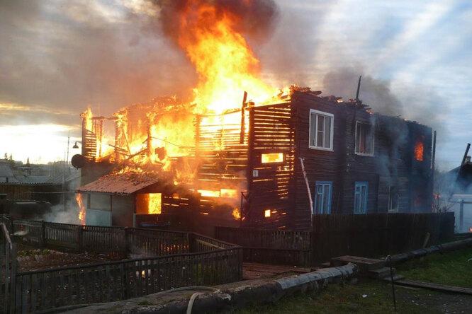 В Омской области двое школьников спасли малышей изгорящего дома