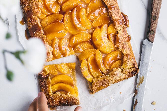 Персиковый тарт с карамелью