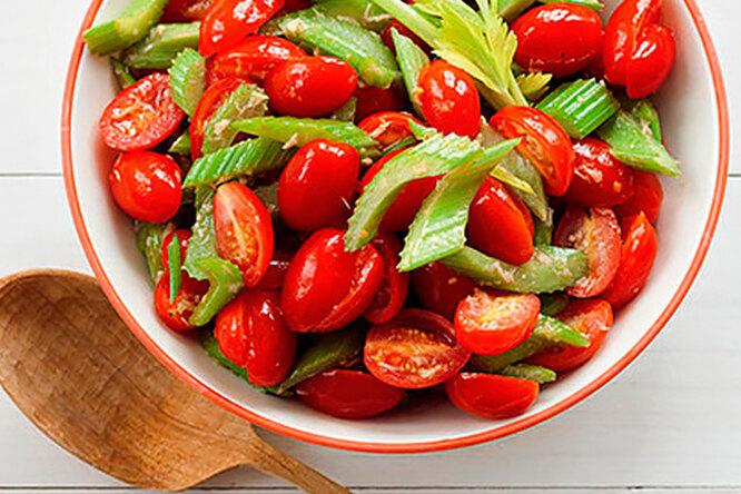 Салат с помидорами черри и сельдереем