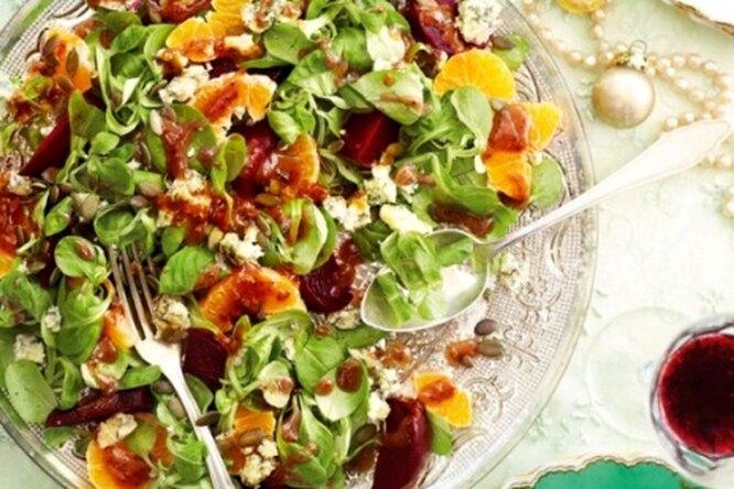 Салат со свеклой, мандаринами и острым сыром
