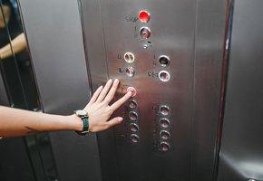 Женщина, инфицированная коронавирусом, за 60-секундную поездку в лифте заразила 71 человека