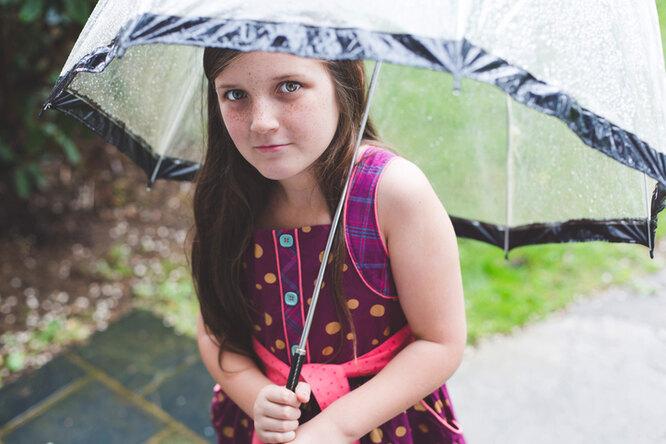 В британской школе детей вывели поддождь ради закалки — родители вярости