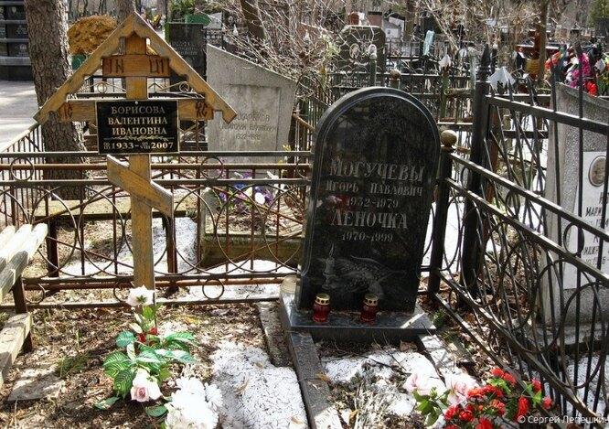 Могила Лены Могучевой на Кузьминском кладбище