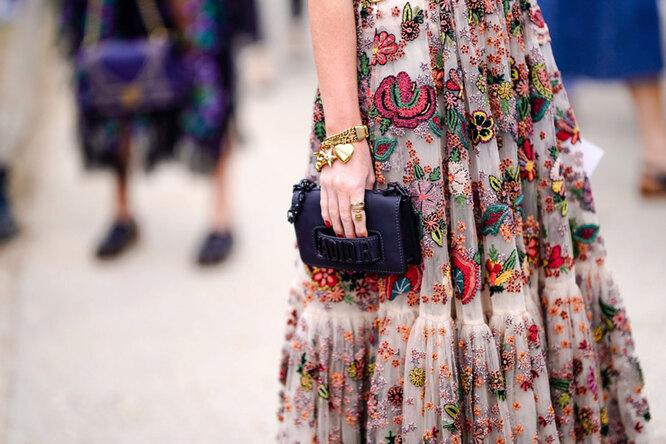 девушка в платье в цветочек