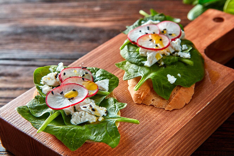 Рецепт сэндвича со шпинатом, творожным сыром и перепелиным яйцом