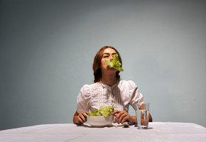 Как на протяжении истории женщин ограничивали в еде и что это на самом деле значит