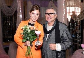 «Бомбическая»: жена Дмитрия Диброва позирует в платье с глубоким декольте