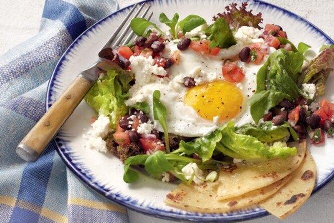 Салат с яичницей по-мексикански
