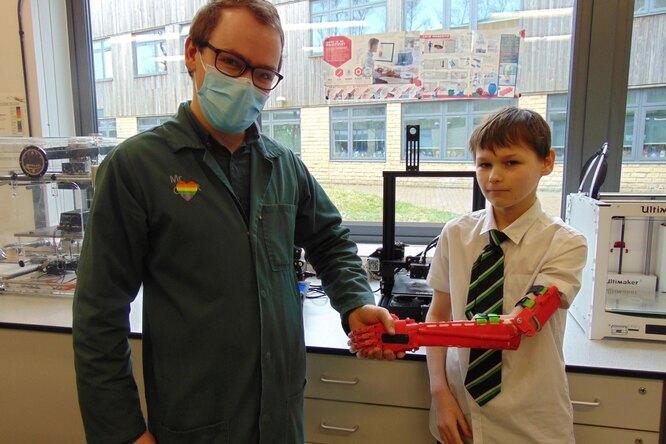 Призвание — помогать: учитель изготовил протез дляученика, родившегося безруки