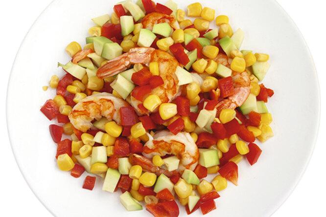 Креветочный салат с авокадо и кукурузой
