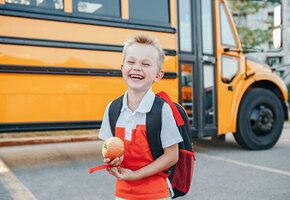 Чтобы запомнил детство: подросток встречает брата со школы в смешных костюмах