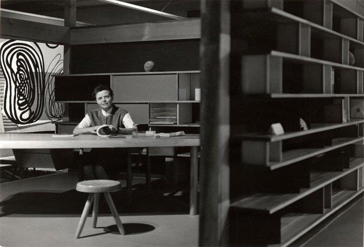 Шарлотта Перьен всвоём офисе