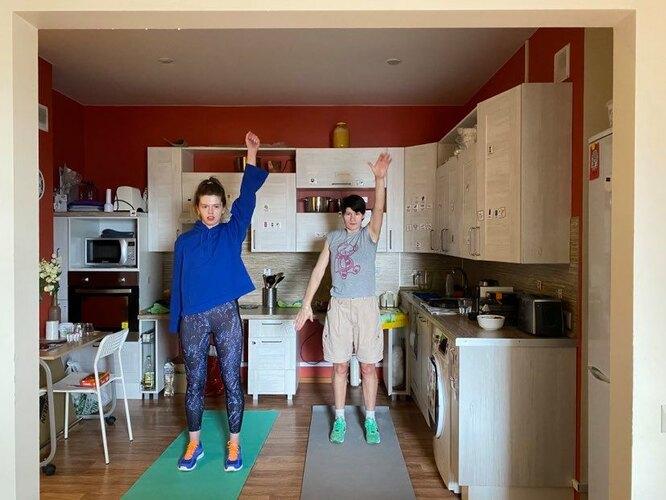Арина и Нина занимаются спортом