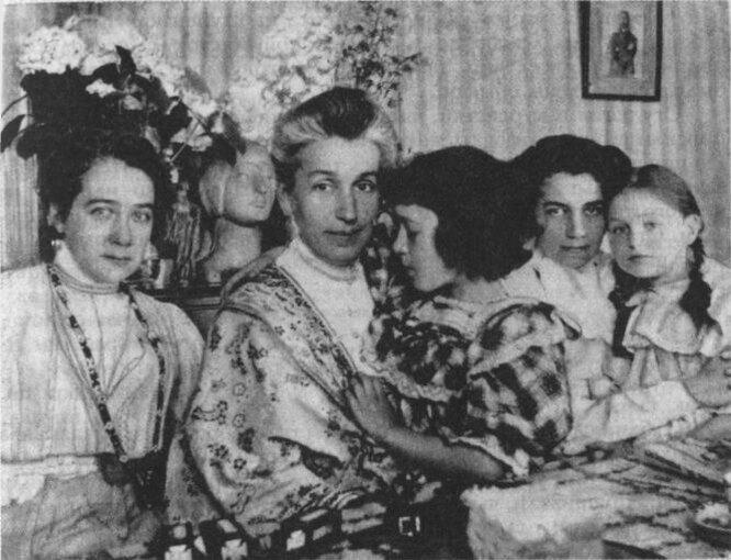 Е. И. Струковская, Е. А. Андреева-Бальмонт с дочерью Ниной, А. Н. Иванова с Аней Полиевктовой