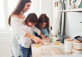 Готовим с детьми: 5 рецептов простых блюд, которые можно приготовить вместе