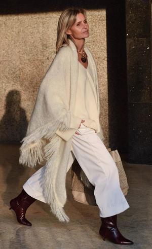 Патриция Касарини в пончо, кюлотах и объемном ждемпере