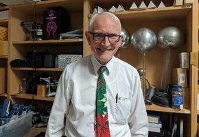 Профессор показывает классные эксперименты, чтобы увлечь студентов наукой
