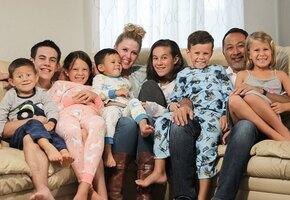 Многодетная семья усыновила еще семерых детей, чьи родители погибли в ДТП