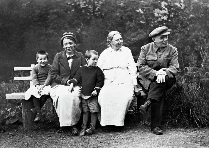 Владимир Ильич Ленин (справа), Надежда Константиновна Крупская (в центре) и Анна Ильинична Елизарова-Ульянова (слева) в Горках