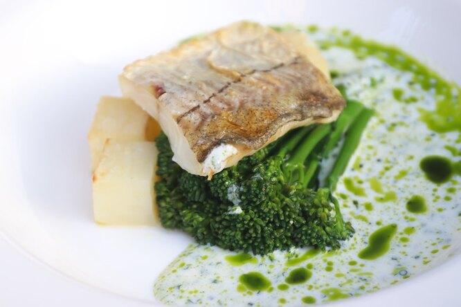 Брокколи и рыба на тарелке