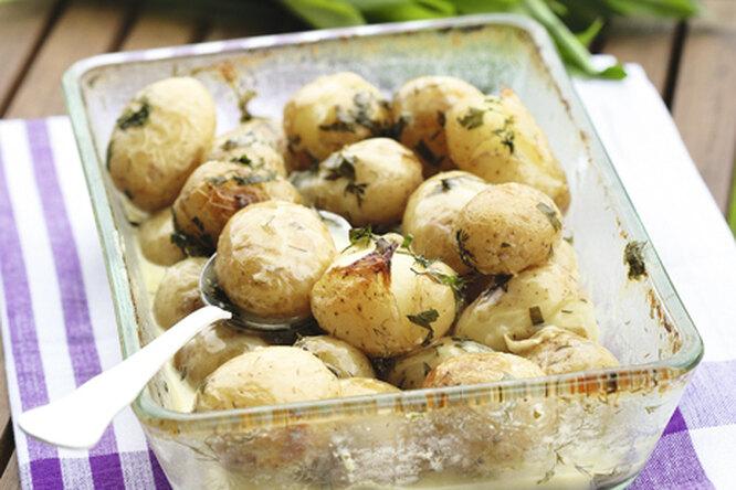 Молодой картофель, запеченный со сметаной