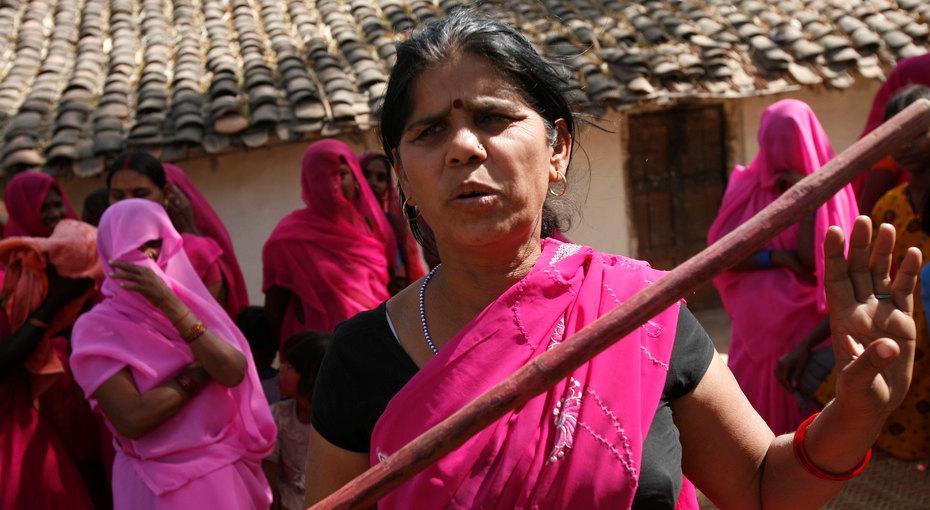 25 женщин, изменивших мир за25 лет: Сампат Пал Деви иеё банда розовых сари