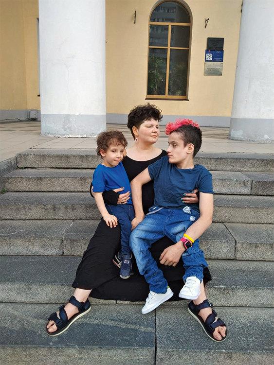 Фатима Медведева с сыновьями Гором и Димой