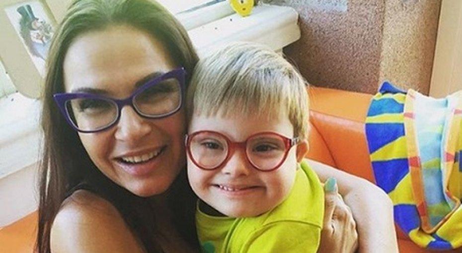 Эвелина Бледанс призналась, что сын ссиндромом Дауна ей нужен дляпиара