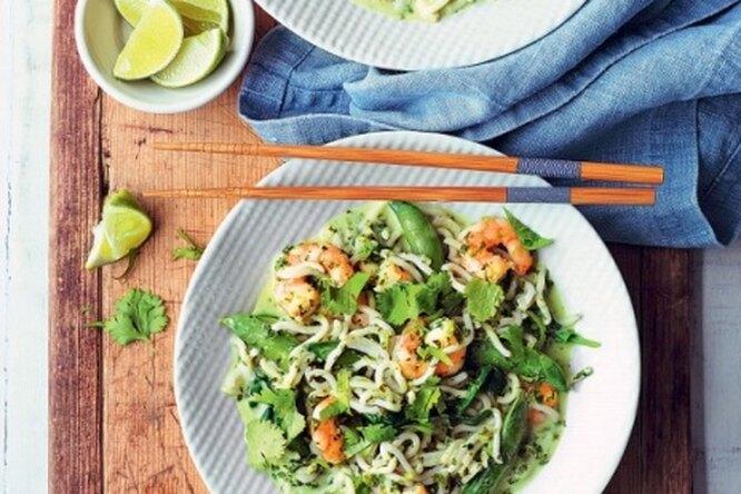 Креветки с лапшой и зеленым соусом