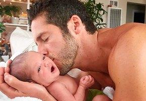 Этот папа может успокоить плачущего ребёнка за секунды. Как он это делает?