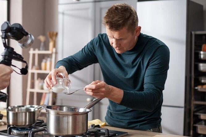 Добавить в растопленный ирис сливки и масло