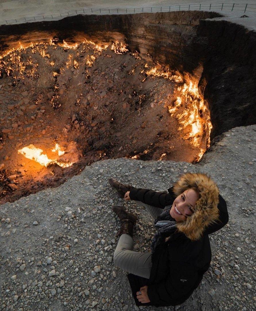 Лекси рядом сгазовым кратером Дарваза вТуркменистане, который местные жители называют