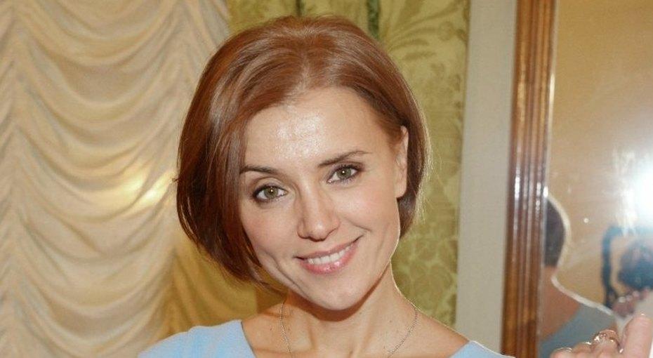 «Пришла закомпанию сребенком иосталась»: 45-летняя Ксения Алферова показала флай-йогу