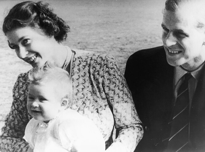 королева Елизавета с мужем и ребенком