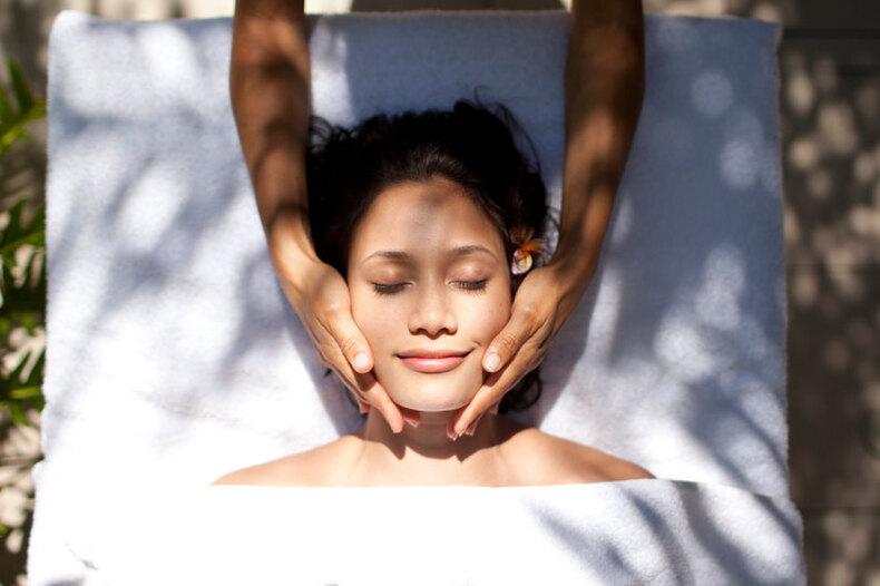 Дома вванной: 5 видов массажа длялица, которые реально помогут помолодеть