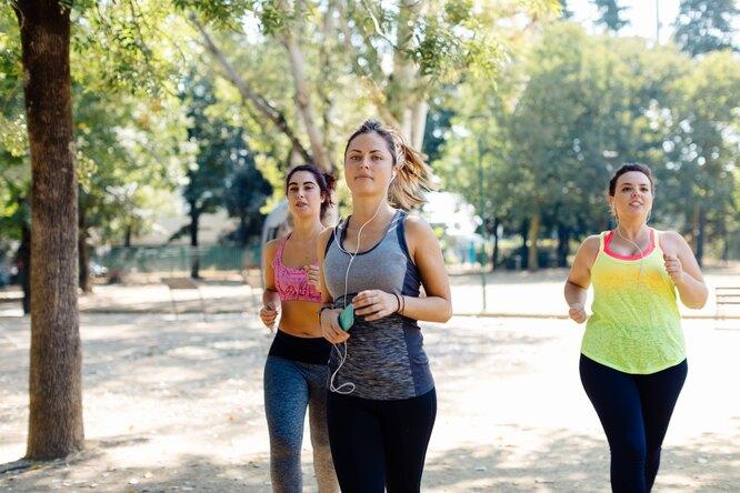 Женщины бегают в парке