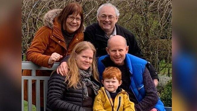 Никола и Дэвид Ли (верхний ряд) и Ханна, Олли и Майк Джоллифф встретились в марте до введения ограничений по коронавирусу
