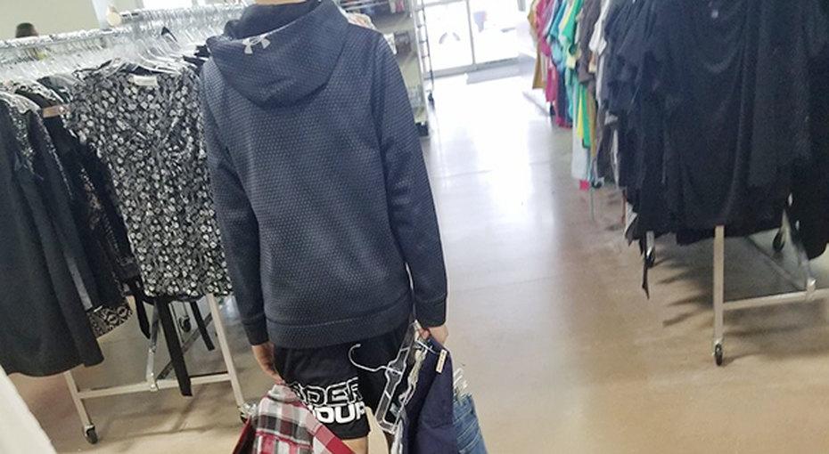 Подросток смеялся над дешевой одеждой одноклассников, пока мама не преподала ему урок
