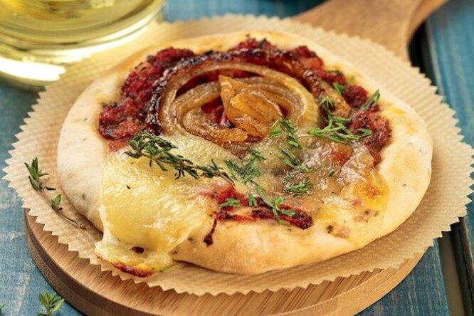 Мини-пиццы с карамельным луком