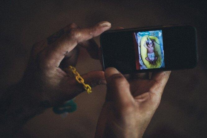 Рустам показывает фотографию новорожденной Софии Фото: Владимир Аверин для ТД