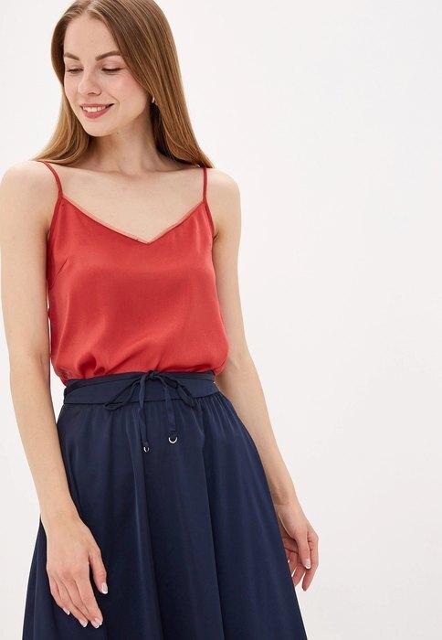 девушка в красном топе и синей юбке